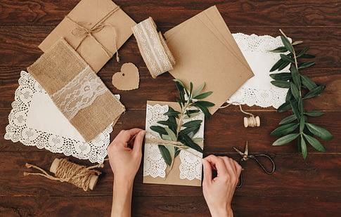 Individuelles Geschenk beim Verpacken auf einem Tisch