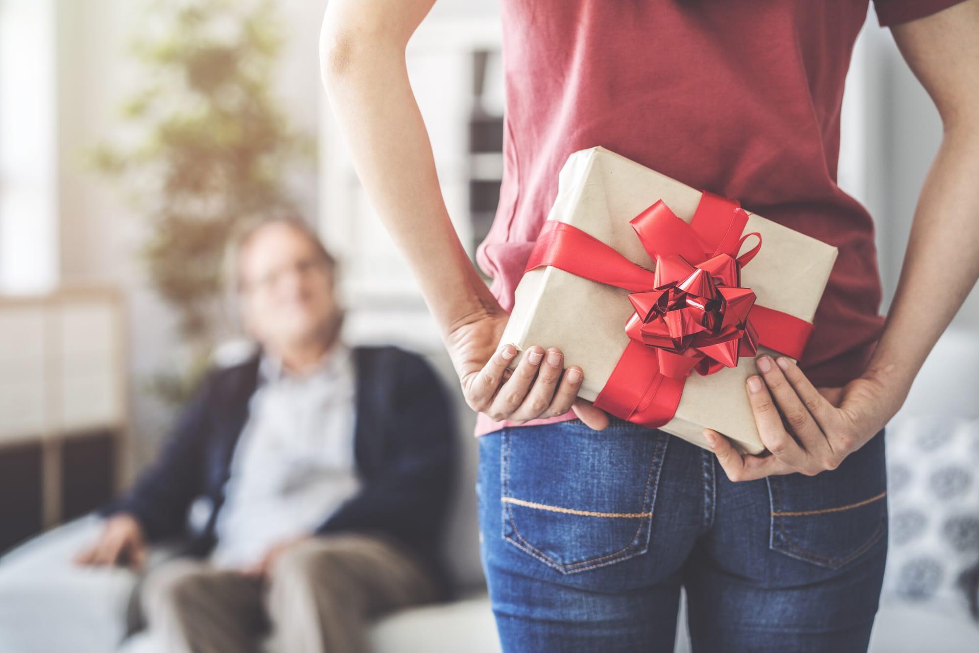Individuelles Geschenke versteckt hinter Rücken