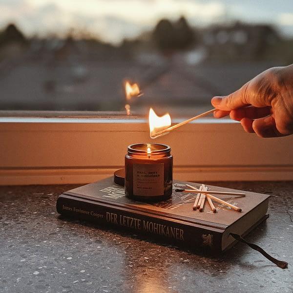 Hey Chalky Kerze wird angezündet