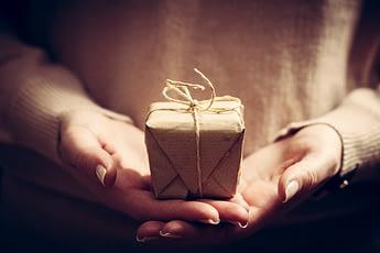 Kleines verpacktes Geschenke als Mitbringsel